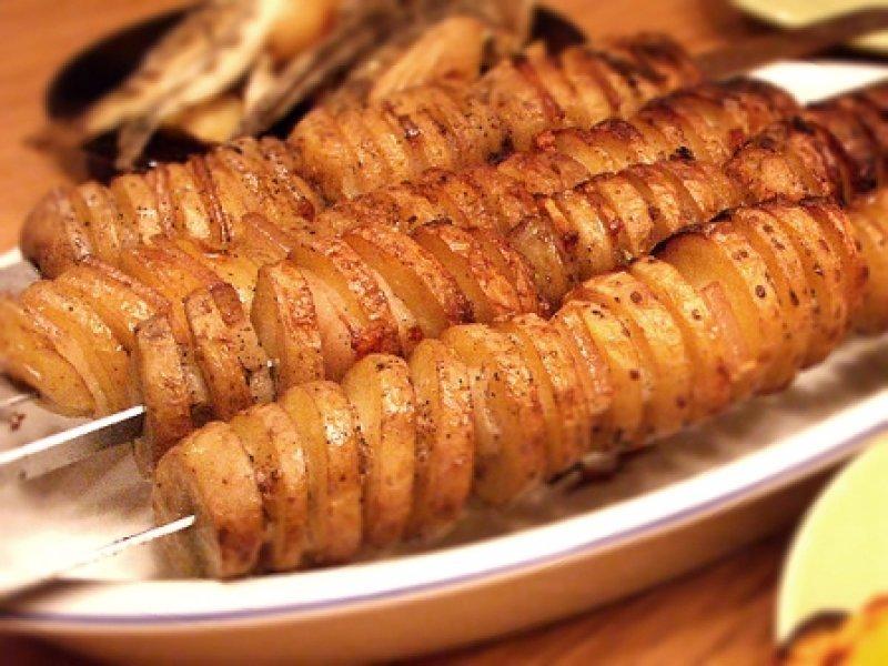 Молодой  картофель на мангале.