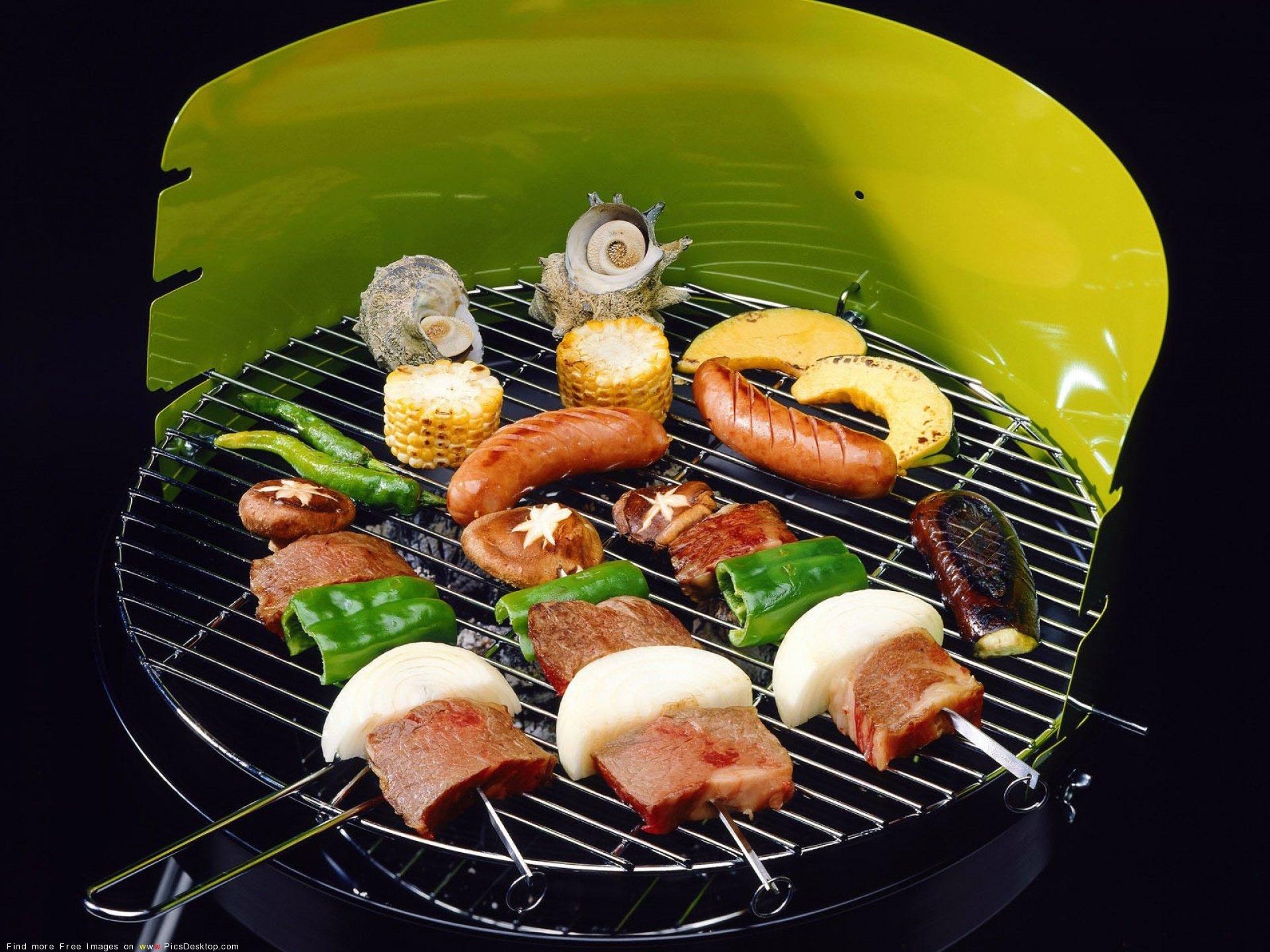 Ассорти из рыбы, морепродуктов и овощей на мангале.
